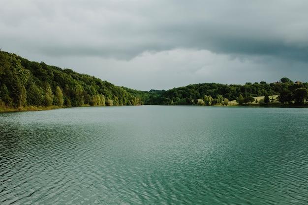 Paysage d'un lac entouré de montagnes