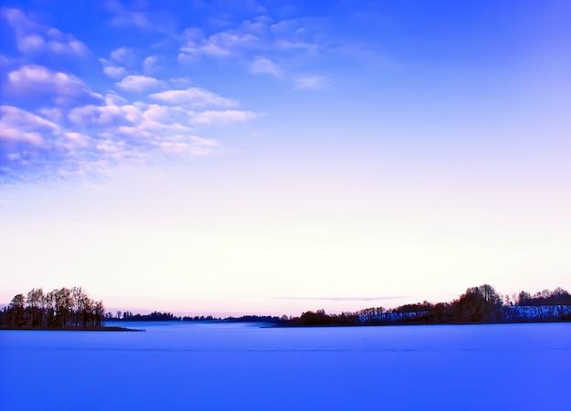 Paysage avec lac gelé en lettonie, europe de l'est