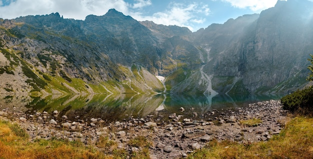 Paysage de lac de montagne dans le parc national des tatras, pologne. surface de l'eau miroir en journée ensoleillée