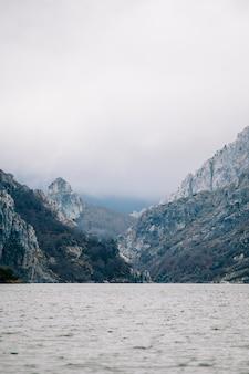 Paysage d'un lac de montagne avec un fjord et une journée nuageuse