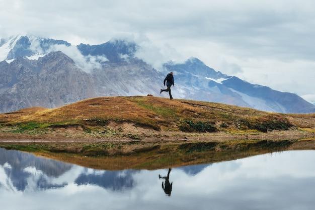 Paysage sur le lac de montagne koruldi
