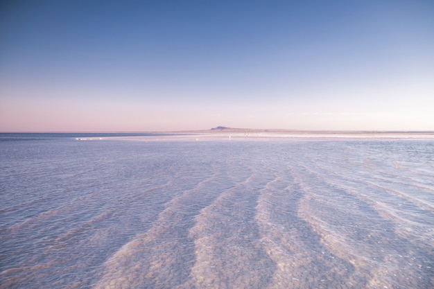 Paysage d'un lac salé blanc. photo d'été d'un grand lac.