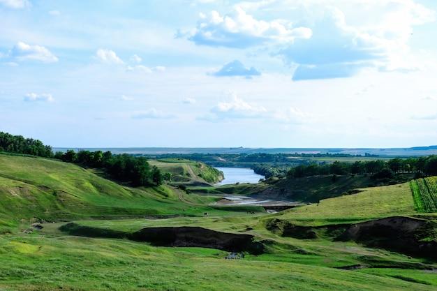 Paysage avec lacs et collines