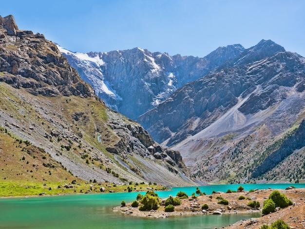 Paysage avec lacs kulikalon dans les montagnes fann. tadjikistan, asie centrale