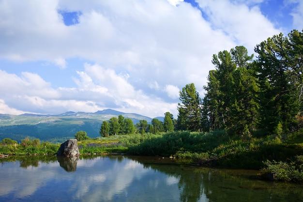 Paysage avec les lacs des montagnes