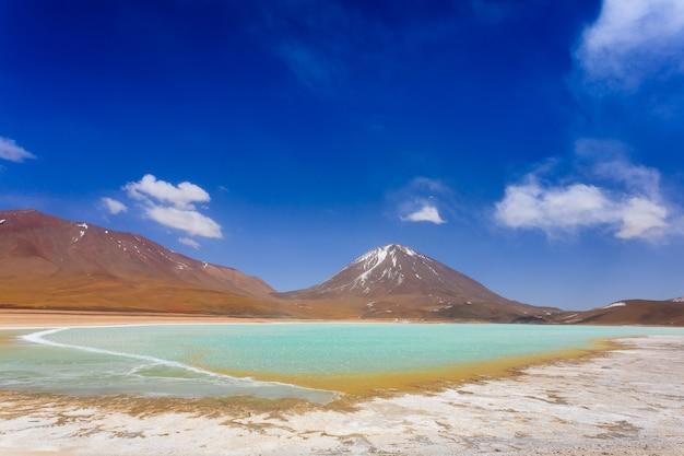 Paysage de laguna verde,bolivie.beau panorama bolivien.lagune verte et volcan licancabur