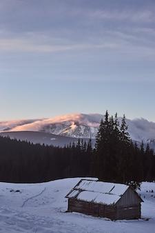 Paysage de lever du soleil d'hiver dans les montagnes enneigées