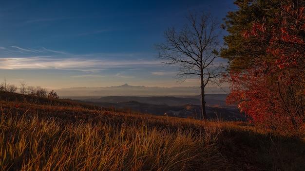 Paysage de lever du soleil à langhe piémont italie