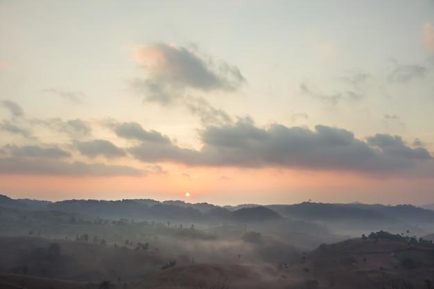 Paysage lever du soleil le matin en hiver.
