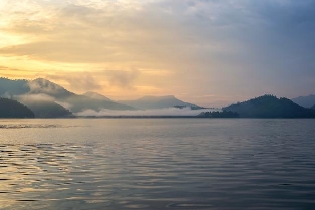 Paysage de lever de soleil avec brouillard le matin
