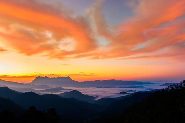 Paysage de lever de soleil sur la montagne à doi luang chiang dao, thaïlande chiang mai