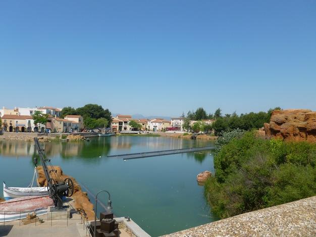 Paysage des maisons avec le lagon