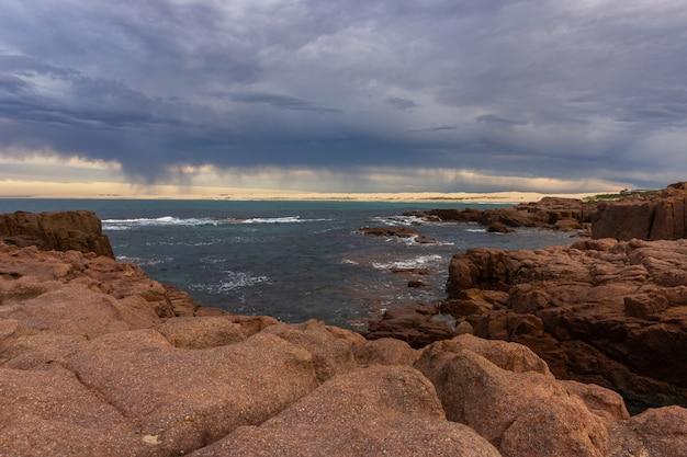 Paysage marin anna bay beach dans la matinée avec ciel lever du soleil et nuage dramatique strom