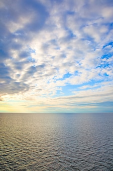 Paysage marin au coucher du soleil - la mer baltique et les nuages au coucher du soleil