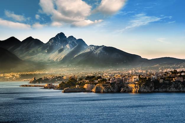 Un paysage marin à l'aube sur la côte sicilienne (italie)