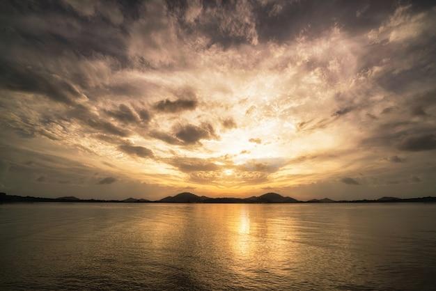 Paysage marin beau lever de soleil dans une journée nuageuse