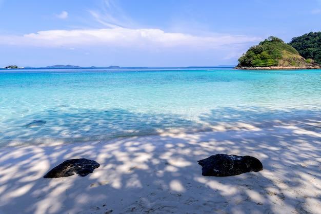 Paysage marin de belle plage vue île de koh chang à la province de trad de l'est de la thaïlande