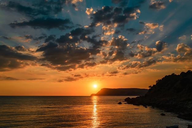 Paysage marin bleu au coucher du soleil dans les montagnes
