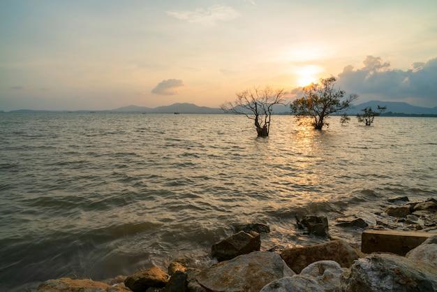 Paysage marin ciel dramatique avec rocher en arrière-plan de paysages coucher de soleil