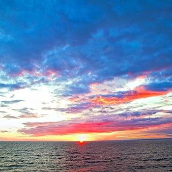 Paysage marin - coucher de soleil coloré sur la mer baltique