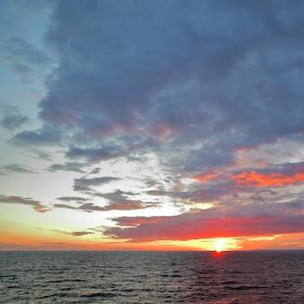 Paysage marin - coucher de soleil sur la mer baltique. espace pour le texte