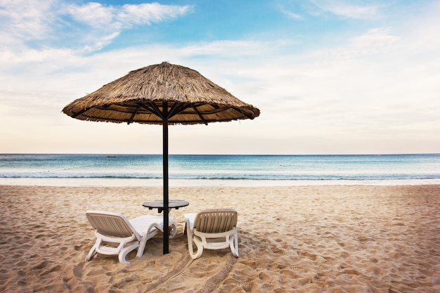 Paysage marin avec deux chaises longues