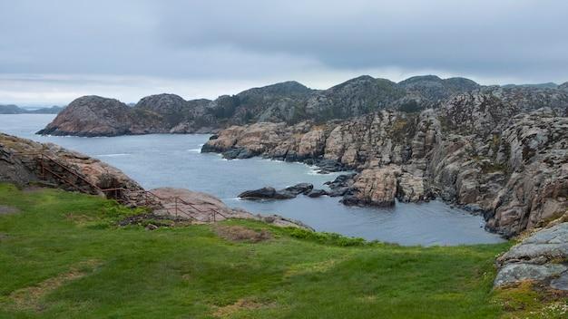 Paysage marin du nord sévère, côte rocheuse de la mer du nord norvège