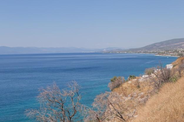 Paysage marin étonnant de la ligne d'horizon. grèce. photographie couleur horizontale aérienne