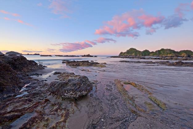 Paysage marin flou au crépuscule, longue exposition prise sur la baie d'otamure, nouvelle-zélande