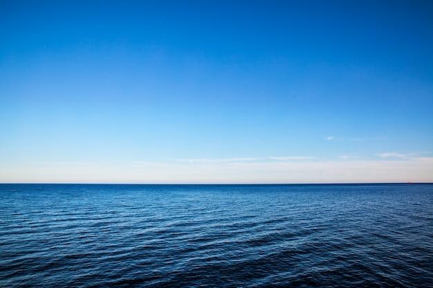 Paysage marin avec horizon marin et ciel bleu profond presque clair - contexte