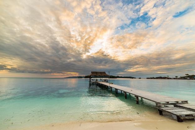 Paysage marin avec une jetée en bois au crépuscule, îles togian, sulawesi, indonésie