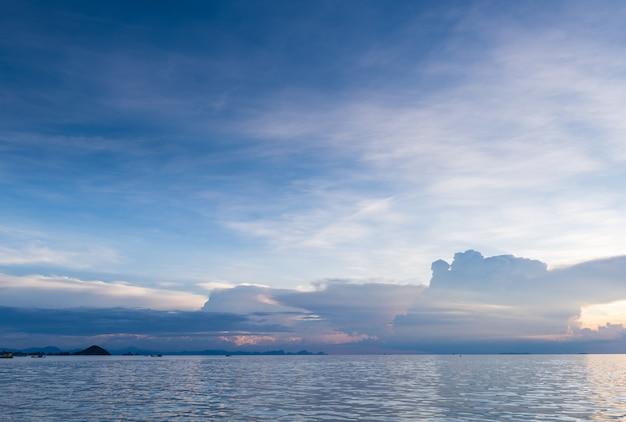 Paysage marin lumineux bleu mer skay nuages blancs