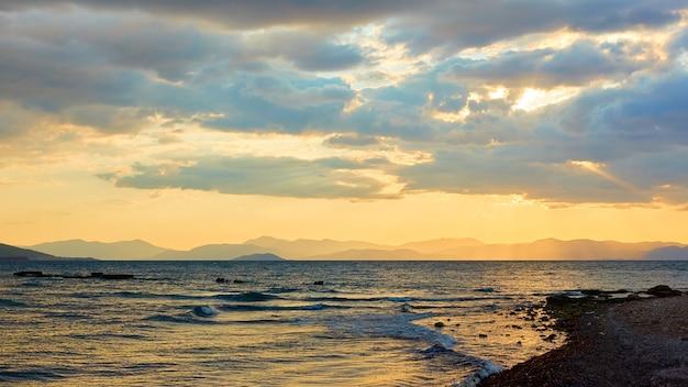 Paysage marin avec la mer et les îles au coucher du soleil. île d'égine, grèce. paysage grec
