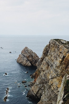 Paysage marin pittoresque de la côte de l'océan atlantique près de cabo de penas dans les asturies, espagne