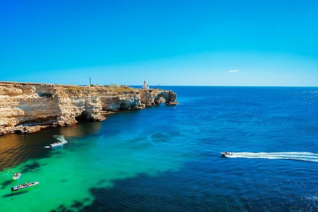 Paysage marin pittoresque avec de l'eau azur et des rochers péninsule de tarkhankut crimée