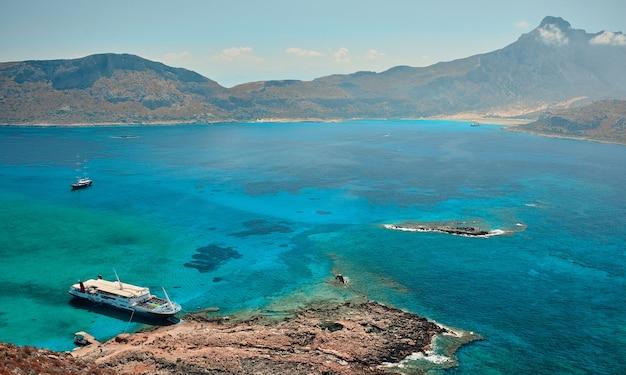 Paysage marin pittoresque avec falaises rocheuses, baie maritime et îlots. le concept de voyage, de loisirs, de tourisme.