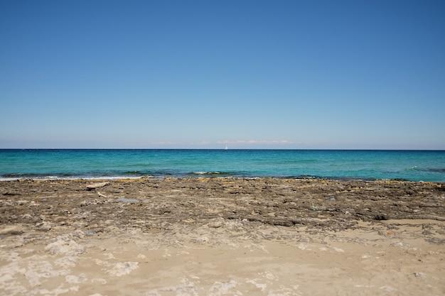 Paysage marin typique rouge et orange dans les falaises de la mer méditerranée