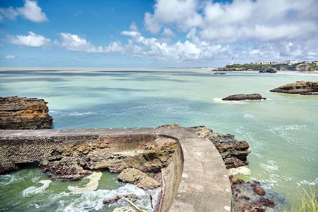 Paysage marin de la ville de biarritz, vue sur une ancienne jetée de pierre golfe de gascogne, côte atlantique, france