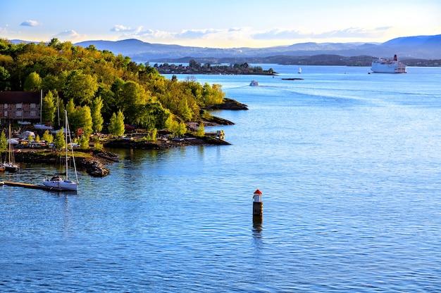 Paysage marin : voiliers dans le port et bouée dans l'eau