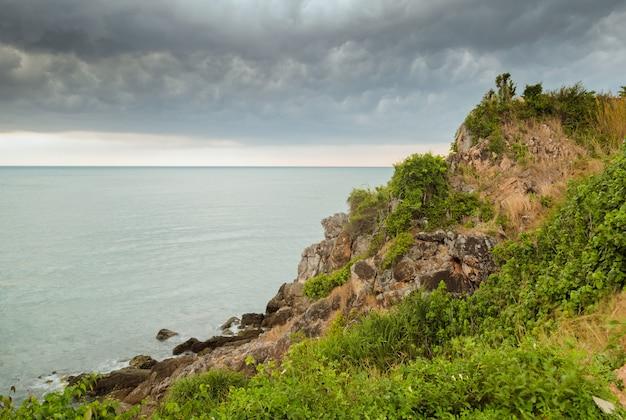 Paysage marin et vue sur la montagne avant la tempête