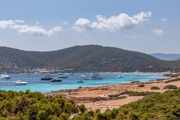Paysage marin avec des yachts sur la mer au large de ses salines sur l'île d'ibiza