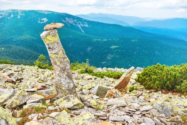 Paysage avec marque de pierre au sommet de la montagne