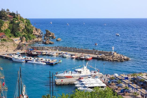 Paysage méditerranéen à antalya. vue sur les montagnes, la mer, les yachts et la ville
