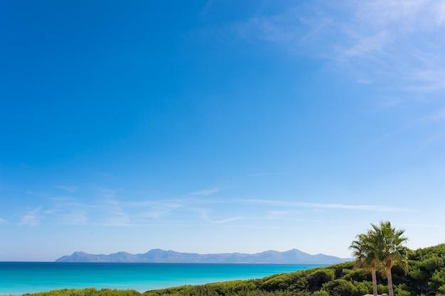 Paysage méditerranéen avec mer et ciel bleu par une journée ensoleillée