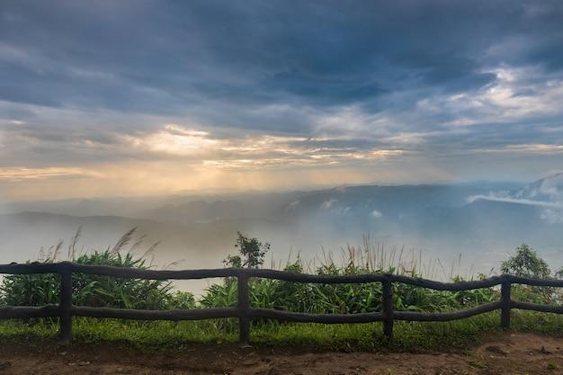 Paysage mer de brume sur la montagne
