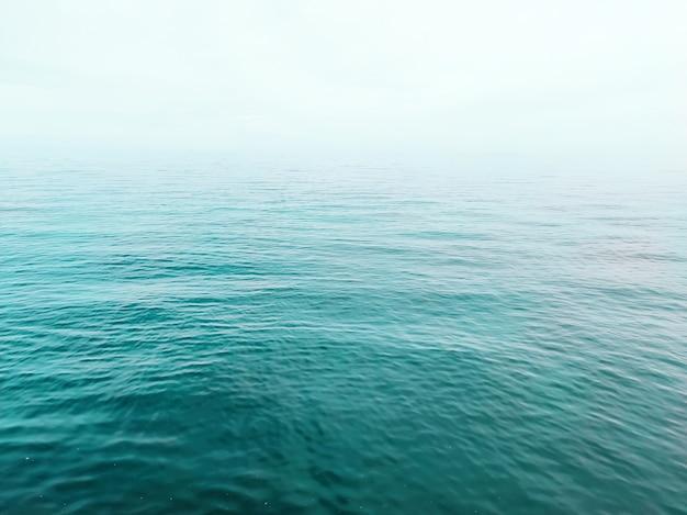 Paysage de mer calme sans fin, pas d'horizon.