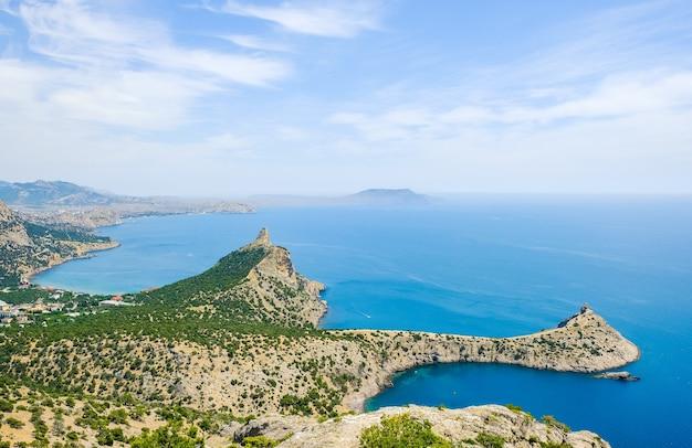 Paysage de mer d'été de la côte de crimée