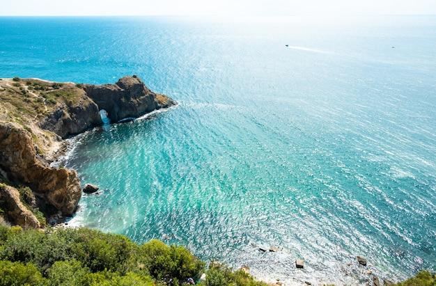 Paysage de mer d'été. côte rocheuse de la mer noire en crimée. la grotte de diana au cap fiolent, sébastopol.