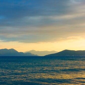 Paysage avec la mer et les îles au coucher du soleil. île d'égine, grèce