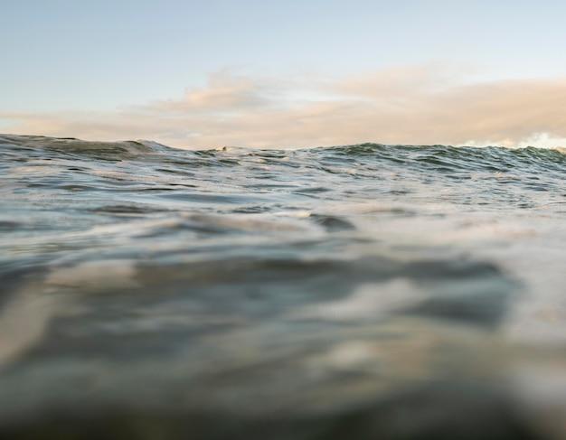 Paysage de mer avec de petites vagues